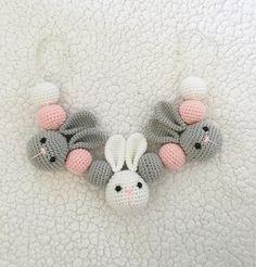 """18 gilla-markeringar, 6 kommentarer - Handgjorda Babytillbehör (@emmas_virklighet) på Instagram: """"Barnvagnsmobil på beställning klar #barnvagnsmobil #kanin #barnvagn #baby #handgjort…"""" Baby Blanket Crochet, Crochet Baby, Knit Crochet, Handgemachtes Baby, Baby Barn, Pacifier Holder, Ribbon Embroidery, Handmade Baby, Crochet Toys"""