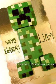 Minecraft creeper cake--love the use of fondant to create pixels Minecraft Birthday Party, Diy Birthday, Birthday Ideas, 12th Birthday, Minecraft Torte, Minecraft Cupcakes, Minecraft Ideas, Pastel Minecraft, Creeper Cake