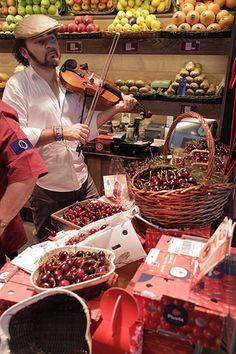 El violinista Raúl Márquez pone música al arranque de la temporada de Cereza del Jerte en la frutería Gold Gourmet de Madrid. #cerezadeljerte #cerezas #PlateaMadrid.