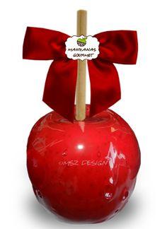 Manzana envuelta de caramelo de azúcar color rojo.
