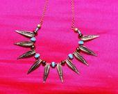collier Majorque : collier ras-de-cou plumes métal doré perles verre turquoise breloque asiatique : Collier par lericheattirail