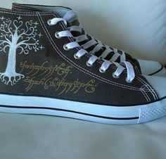 Lord of the Rings Converse, featuring the White Tree of Gondor and the Black Script of the One Ring. Moda Converse, Converse Style, Converse Shoes, Black Converse, Lotr, Diy Kleidung, One Ring, Geek Out, Geek Chic