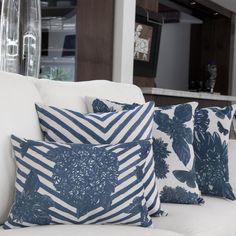 Com uma combinação harmoniosa e original de estampas geométricas e florais, a almofada Indigo blend é perfeita para dar um toque de personalidade e modernidade para suas composições de cama ou sofá! Misture com o restante das almofadas da coleção para criar looks contemporâneos e sofisticados! Shop online> http://www.lolahome.com.br/almofada-indigo-blend-743.aspx/p