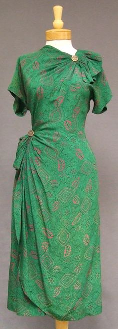 Green novelty print silk cocktail dress, 1940s. #vintage #1940s #fashion