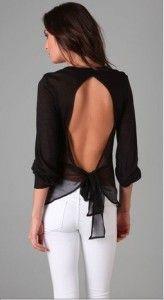 Derin sırt dekolteli tül bluz beyaz pantolon yaz günü kombinasyonu