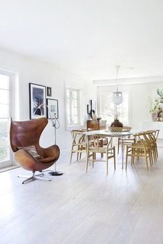 Egg chair by Arne Jacobsen and Super elliptical table by Piet Hein and Bruno Mathsson from Fritz Hansen, Artichoke lamp by Poul Henningsen from Louis Poulsen and Wishbone chair by Hans J Wegner from Carl Hansen | Stilmiks - Lekkert på Lagåsen - http://Bo-Bedre.no