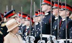 Queen Elizabeth II as proud grandmother smiles at Prince Harry as she inspects soldiers at their passing-out Sovereign's Parade at Sandhurst Military Academy on April 2006 in Surrey, England. (Photo by Tim Graham/Getty Images) Prinz Philip, Prinz Charles, Prinz William, Lady Diana, Queen Elizabeth Grandchildren, Papa Juan Pablo Ii, Die Queen, The Queen Mum, Queen Liz