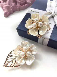 선물하기 좋은 브로치에요진주빛 활짝 핀 꽃 한송이에큐빅과 진주로 어우러진 수술이우아한 브로치 랍니다꽃모양은 같구요모양은 꽃받침/나뭇잎 두가지진주 수술이 핑크/크림 두가지에요주문시 선택해주세요—— Diy Jewelry, Beaded Jewelry, Crystal Embroidery, Diy Pins, Brooches Handmade, Beaded Brooch, Bead Art, Jewerly, Bows