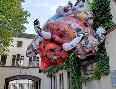 Российский художник Иван Горшков представил свои работы на Art Basel. Современный художник из Воронежа украсил своей надувнойскульптурой«Деликатес» фасады домов в швейцарском Базеле.