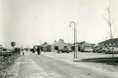 Oostelijk Flevoland, Lelystad. Parkeerplaats voor kantine te Lelystad (rechts).   Bron: Fotocollectie Nieuw Land, Directie Wieringermeer