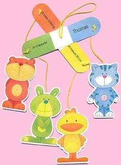 Faire-part de naissance sous forme de mobile. En haut, deux parties se croisent. Dessus une partie de votre texte. A chaque extrémité un cordon jaune. Au bout de chaque cordon un animal (un ours orange, un lapin vert, un chat bleu et un poussin jaune) avec votre texte en verso. Le tout peut être suspendu par le haut. Le faire-part est llivré avec une enveloppe verte.