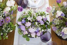 Mesa de Páscoa - arranjo de ovos pintados em tons de rosa e lilás com florzinhas brancas entre eles  ( Decoração: Fabiana Moura | Flores: Bothanique )