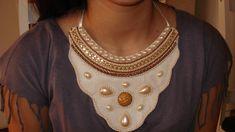 Maxi colar de feltro com correntes, pérolas, pedras, fitas. R$ 28,00