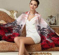 Elegantný dámsky hodvábny šál s motívom červeno-čierneho lesa