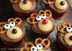 These Christmas cupcake recipes make CUTE Christmas desserts to bring to your holiday party! Love these Christmas cupcake decorating ideas for the perfect Christmas treat! Homemade Christmas Treats, Cute Christmas Desserts, Christmas Cupcakes Decoration, Holiday Cupcakes, Christmas Party Food, Christmas Baking, Decorate Cupcakes, Cupcake Decorations, Christmas Cookies