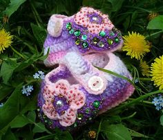 BosaBeta / Dúhové oči Crochet Baby Booties, Crochet Hats, Baby Shoes, Booty, Christmas Ornaments, Holiday Decor, Handmade, Crocheting, Knitting Hats