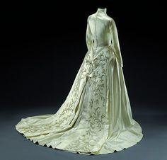 Wedding dress, 1957 From theMusee du Costume et de la Dentelle