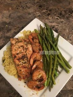 Chicken, shrimp, rice and asparagus Think Food, I Love Food, Good Food, Yummy Food, Delicious Meals, Tasty, Healthy Meal Prep, Healthy Snacks, Healthy Eating