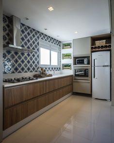 A integração completa dos ambientes foi fundamental para os moradores ganharem mais espaço e aconchego. O mesmo espaço deu origem ao estar, jantar e cozinha. Integrados, o dia a dia fica mais prático.