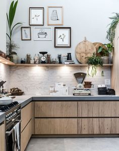 Een open keuken met fotolijsten en spotjes An open kitchen with photo frames and spots Rustic Kitchen, New Kitchen, Kitchen Dining, Kitchen Decor, Kitchen Cabinets, Country Kitchen Lighting, Walnut Kitchen, Kitchen Industrial, Awesome Kitchen