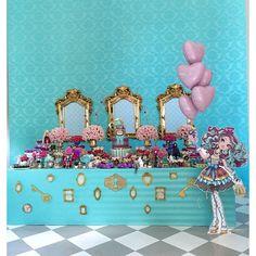 """Obrigada todos os parceiros que topam"""" Minhas maluquices """" - a festa foi um SUCESSO! #bololindo #temalindo #festa #everafterhight #festainfantil #mari6anos #Maddie #festadamariana #festasalvador #festalinda #festadaMari #aniversario #feliz balões @andrefigueiredoo  bolo @ivanasimoes4 doces @dolcevila  Biscuit @nadjapinheiro1 forminhas decora doces doces modelados @cleopsilva Buffet @crissreis som e luz @jorgebackcosta  animação @mixiricaeventos lanches @gostosurastravessuras"""