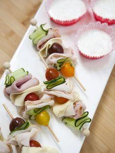 Eten op een stokje ziet er altijd leuk uit. Combineer kaas, ham, kipfilet, komkommer en tomaatjes op een stokje en je hebt zo een gezonde koolhydraat-arme snack.
