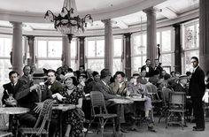 """Café de la Terrasse, Zúrich, 15 de septiembre de 1916. Hans Richter cuenta que en septiembre de 1914, """"teniendo en el bolsillo mi cédula de movilización para incorporarme al ejército, mis amigos organizaron una reunión de despedida. Entre ellos se encontraban los dos poetas, Ferdinand Hardekopf y Albert Ehrenstein … y para darme ánimos Ehrenstein me hizo una proposición, """"si para entonces los tres estamos con vida, démonos cita el 15 de septiembre de 1916, es decir dentro de dos años a las…"""