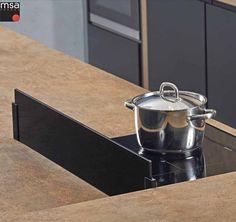 Kit séparateur pour îlot en verre sécurit 8 mm noir + supports carrés noirs.  Protège le plan de travail des projections de cuisson et d'eau.  Le verre est amovible pour un nettoyage facile.  Dimensions du verre : H. 170 mm l. 900 mm épaisseur 8 mm. Dimensions des supports : H. 120 mm l. 35 mm épaisseur 15 mm. Épaisseur maxi du plan de travail 40 mm. Fixation par vis sous le plan de travail. Black Queen, Application Mobile, French Press, Coffee Maker, Kitchen Appliances, Black Edition, Fixation, Dimensions, White Polish