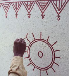 Artist painting a freehand circular motif Worli Painting, House Painting, Simple Wall Paintings, Painted Plant Pots, Applique Tutorial, Wall Drawing, Art Drawings, Madhubani Art, Indian Folk Art