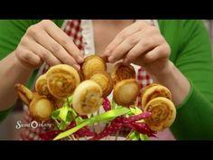 Mini-Pizza am Stil backen Caprese Salad Skewers, Caprese Salad Recipe, Bruschetta Recipe, Party Finger Foods, Party Snacks, Easy Salads, Summer Salads, Sandwich Torte, Sweet & Easy