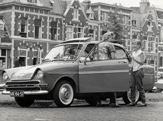 Gezin (van Spaarnestad-fotolaborant Bert Stuifbergen) stapt in auto (Daf), Nederland, jaren 60.