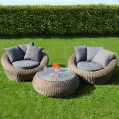 Wygodne fotele z rattanu do ogrodu oraz stolik