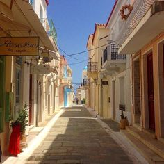 The elegant alley of Chora , at Andros island (Άνδρος)🇬🇷. Explore the wonderful historical buildings and the statue of the Unknown Sailor at the main marble paved square ! Cyclades Islands, Paros, Andros Greece, Mykonos, Cradle Of Civilization, Neoclassical, Greece Travel, Greek Islands, Photos Du