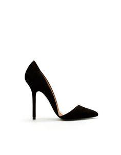 Debes de tener siempre un par de zapatillas clasicas en tu armario, nunca sabras que compromiso sale a ultima hora y nunca pasaran de moda