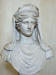 A grega Deméter - identificada com a romana Ceres- era a deusa das colheitas e foi quem ensinou o cultivo do trigo à humanidade. Sua lenda tem como ápice o rapto de sua filha Perséfone por Hades, o deus do inferno, e sua disputa com ele para reaver a jovem sequestrada. A foto mostra a deusa em uma cópia romana de escultura grega do século IV a.C.
