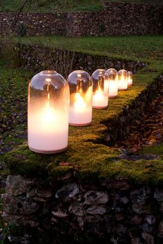 """Il """"Bougies Russes"""", dei portacandele disegnati da Stephan Lanez. Una serie di sei campane di vetro messe insieme come matrioske quando non in uso, fatte di vetro lattiginoso alla base in modo che sembri che la nebbia o il fumo siano intrappolati all'interno."""