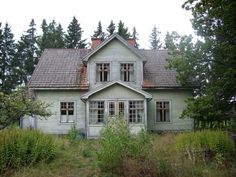 "ulfgbohlin: ""old house in sweden "" Creepy Old Houses, This Old House, German Houses, Modern Log Cabins, Country Home Exteriors, Sweden House, Small Buildings, Scandinavian Home, Townhouse"