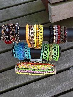 Nieuw! Brede armbanden, het lijkt of je heel veel armbanden om hebt. Sluit met een magneetsluiting, verkrijgbaar in allerlei kleuren en uitvoeringen voor €8.95.