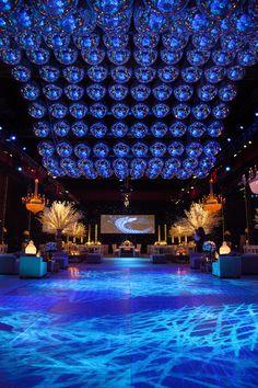 Ola de mas de 260 bolas de espejos en una fiesta de 15