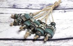 Fournitures de perles à la main au chalumeau perles bijoux perles de Murano perles Set perles Perles SRA gris, blanc, Ivoire, de fabrication de bijoux en argent. Lot de perles de verre de Murano. Perles de gris, blanc, Ivoire, argent. Toutes mes perles au chalumeau sont fait à la main (par moi) à l'aide de Verre Effetre, CIM et Vetrofond, souvent posée avec de la Double hélice argent verre. Jeu de perles pour créer des bijoux. Taille de perle 20,0 mm (6 perles) 10,0-11,0 mm (9 perles) Perle…