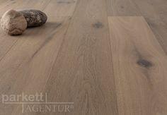 """Aus unserer Serie """"Traditional Old Style"""" stellen wir Ihnen die Landhausdiele Eiche Alaska vor, die durch Ihre Oberflächenbehandlung mit einem grauen Farbton besticht. Dieser Boden zeigt seine Lebhaftigkeit durch dunkel gekittete Äste, hellen Splintanteil und deutlichen Farbunterschieden. Die Farbunterschiede entstehen durch das anräuchern der einzelnen Dielen und wirken sehr spannend. Der Grauton dieser Diele lässt sich sowohl mit heller als auch mit dunkler Einrichtung sehr gut…"""