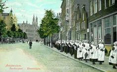 Orphans on their way to church in Amsterdam. Living In Amsterdam, I Amsterdam, Orphan, Old Pictures, Holland, Dutch, Sidewalk, Street View, Folk Costume