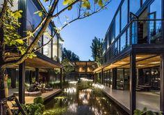 Zhao Hua Xi Shi: museo con contenedores en Pekín. Los arquitectos de IAPA Design Consultants diseñaron un museo con contenedores de carga. Los módulos están distribuidos y apilados entres diversos patios. Se trata del Zhao Hua Xi Shi Living Museum, que está próximo a la Gran Muralla china, en Pekín. Para los acabados se utilizó caña y tableros de madera reciclada. En los jardines hay bellos estanques de agua.  #Arquitectura, #Contenedores
