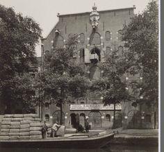 Amsterdam, Brouwersgracht 178-174.  De tabaksbalen moeten het pakhuis in.