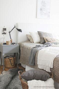 agradable habitacion, me gusta la mesita de luz con la lampara y los almohadones, tambien la alfombra y los cestos de almacenaje de mimbre