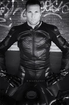 Biker Leather, Leather Men, Tight Leather Pants, Motorcycle Suit, Biker Gear, Haircuts For Men, Leather Fashion, Sexy Men, Tights