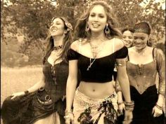 If I ever dress as a gypsy for a fancy dress party, this will be my inspiration. I'll be going J-Lo gypsy style. ♥