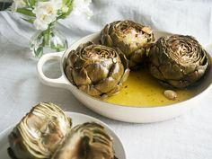Baked artichokes in the Italian style I love artichokes! This recipe is prepared in less than 15 minutes – the rest is done by the oven! The post Baked artichokes in the Italian style appeared first on Woman Casual - Food and drink Roasted Artichoke Recipe, Baked Artichoke, Artichoke Recipes, Roasted Artichokes, Italian Dishes, Italian Recipes, Italy Food, Pasta Carbonara, Recipes