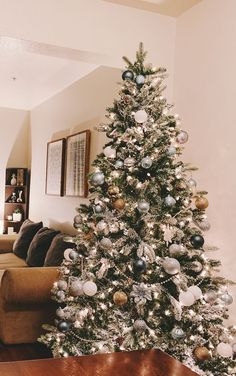 Christmas Tree Inspiration, Unique Christmas Trees, Christmas Tree Themes, Noel Christmas, Xmas Tree, Christmas Games, Christmas Tree With White Decorations, Christmas Tree Simple, Christmas Ideas