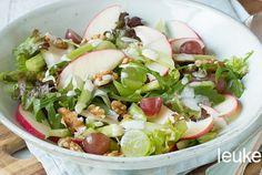 Een Waldorf salade is een salade gemaakt van appel, bleekselderij, walnoten en rozijnen en vindt haar oorsprong in New York. Deze frisse salade is super gemakkelijk om te maken. In deze variant zijn de rozijntjes weggelaten en zijn er druiven aan toegevoegd. Maak de salade af met een frisse dressing van o.a. yoghurt, mayonaise, citroensap en mosterd. Heerlijk als bijgerechtje of als lunch. Eet smakelijk!